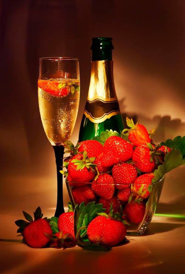 Фотообои Клубника, шампанское