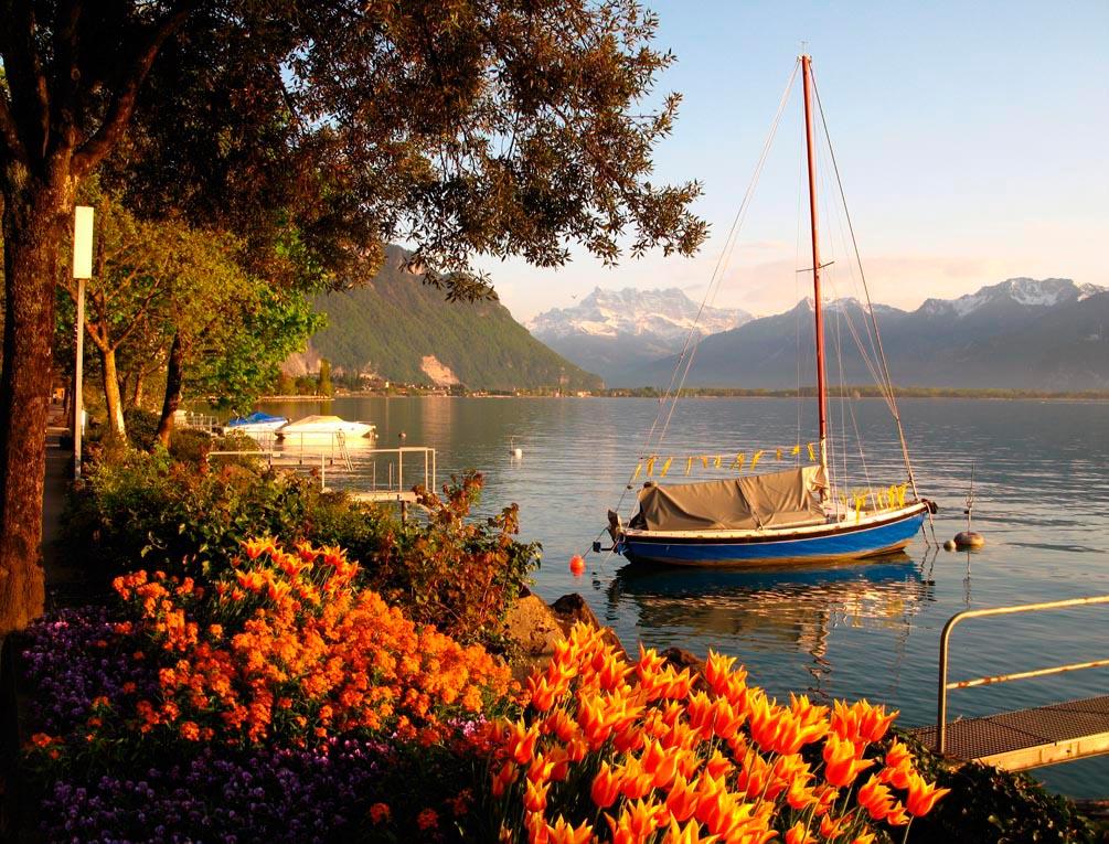 Фотообои Яхта в горах