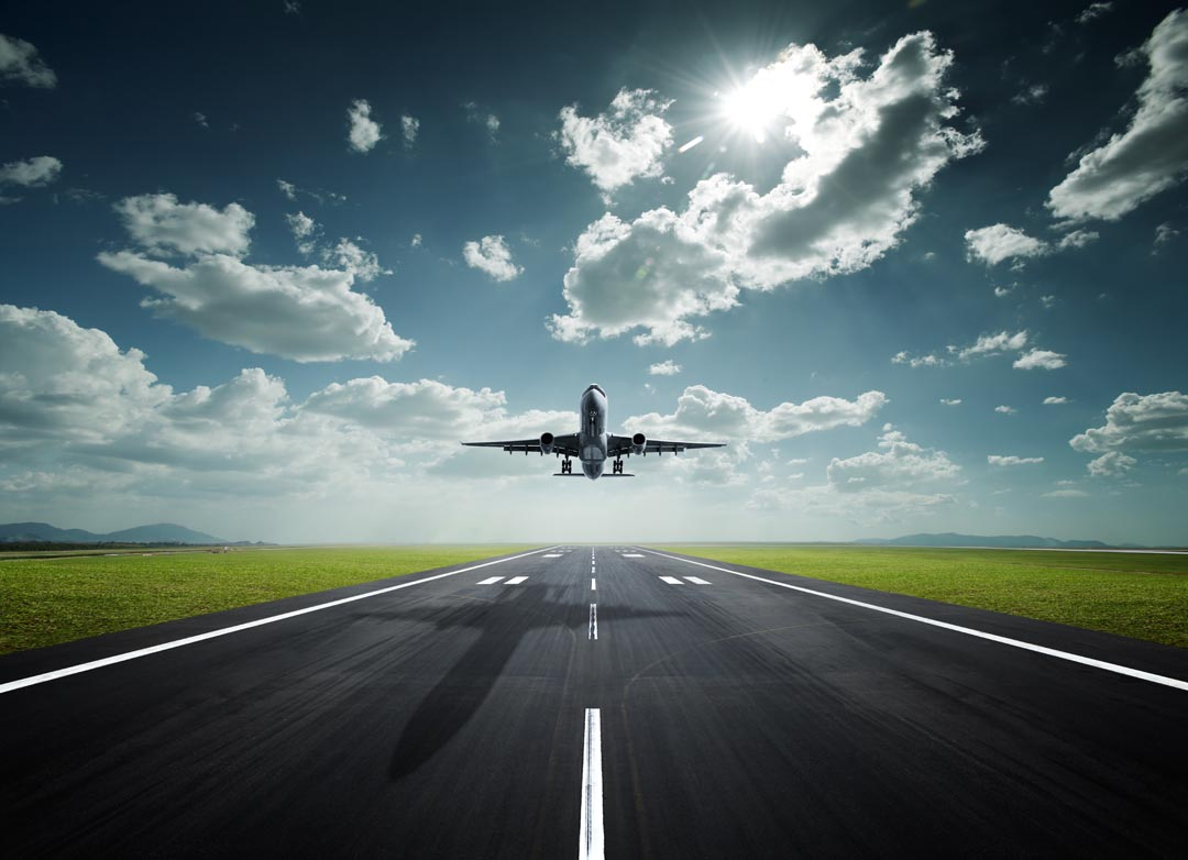 Фотообои самолет над взлетной полосой