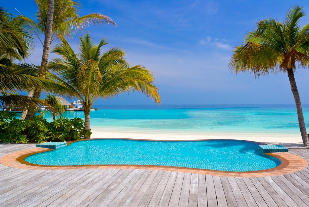 Фотообои бассейн около моря