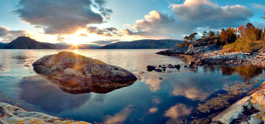 Фотообои Тучи,камни, вода