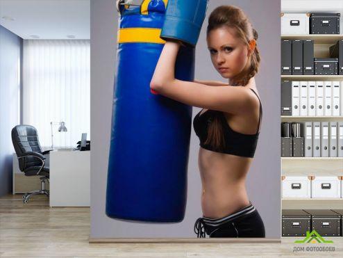 обои Спорт Фотообои Девушка с боксерской грушей